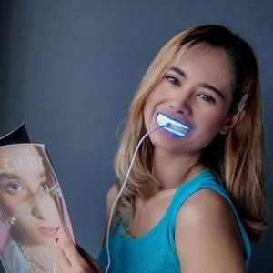. . #dirumahaja sambil baca majalah tetep bisa ngerawat gigi ala2 artis bule biar tetep putih tanpa repot nih yaitu pakai phonebleaching @beautylab.inc bebs ...  Sekarang gak perlu ribet untuk PO USA lagi karena sekarang bisa dibeli di indo loh ...   Pemutih gigi dng teknologi USA ini efektif memutihkan gigi 2-10 shades dalam 7 hari  praktis & cukup 15 menit aja sehari.  #beauty #beautylabinc #teethwhitening