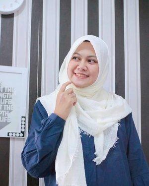 Semangat hari seniiiin!  Siap semangat beraktifitas hari ini dengan pakai hijab yang nyaman dan cantik dari @kerudungbydeant . Hijab yang aku pakai ini namanya Pashmina Crinkle cotton viscose import, bahannya lembut banget dan pilihan warnanya ada banyak. Harganya? Murceeeee, cuma 21ribuan aja! . . #kerudungbydeant #hijab #hijabdaily #hijabers #hijabersindonesia #hijabday #pashmina #pashminashawl #pasminapolos #hijabfashion #clozetteid
