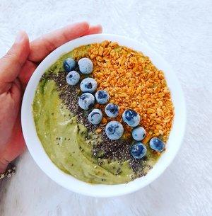 TGIF 🥰🥰🥰 . Sarapan apa hari ini? Ada rekomendasi ide sarapan menariquee nih, bikinnyi gimpiiing bingiiit liih 😄  Banana Avocado Smoothie Bowl  Bahan : 3 buah pisang beku 1 buah alpukat 1 bungkus Greek yoghurt, aku pake yoghurtnya @heavenlyblushgreek  1 sdm madu Topping : Blueberry beku, sesuai selera Granola, pake granola dari @granolabmuesli  1/2 sdt Chia seed  Cara membuat : 1. Bekuin dulu pisangnya dari semalam ya di freezer, jangan lupa dipotong-potong dulu sebelum maauk freezer. Terus pagi-paginya bisa langsung dipakai deh. 2. Siapin food processor, atau pakai blender juga bisa. Masukan pisang beku, tambahkan daging alpukat, greek yoghurt, dan madu ke dalam blender. Lalu blend sampai halus, teksturenya jadi mirip es krim lembuuuut. 3. Tuang ke dalam mangkuk, lalu beri topping bluberry, granola dan chia sheed sesuai selera. Toppingnya bisa apa aja, mau di tambahin kacang almond juga oke, atau tambahin lagi potongan pisang juga makin mantul.  Selamat mencoba! . #smoothiesbowl #smoothies #breakfast #healthybreakfast #healthylifestyle #superfood #ClozetteId #foodstagram #foodblogger #foodlovers #resepsmoothies #berbagiresep #shareresep #doyanmasak #yesieat
