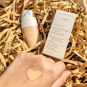 """MULTIPURPOSE TINTED SUNSCREENProduk terbaru hasil kolaborasi @blpbeauty & @avoskinbeauty.Yang satu terkenal dengan produk makeup dan satunya dengan produk skincare. Hasilnya? Tentu tidak akan mengecewakan. Kenapa disebut multipurpose? Karena selain untuk protect kulit dari paparan sinar matahari (SPF 50/PA++++) MTS juga mengandung banyak """"hero ingredients"""" seperti Niacinamide, Allantoin, Caffeine, Centella Asiatica, Vegan Squalane Oil, Salicylic Acid. Jadi MTS bisa mencerahkan, menghidrasi, anti aging, anti inflammatory, acne care, dan antioksidan tentunya. Wait, yang paling spesial tentunya karena MTS adalah tinted sunscreen yang artinya kita tidak perlu khawatir akan whitecast malah kulit instantly terlihat segar. Tersedia dalam 5 shades (Light, Beige, Medium, Honey, Sand). Aku memakai shade Light. Tekstur ringan, cepat meresap, sama sekali tidak membuat kulit berminyak. Coverage tentu sheer ya. Aku suggest menggunakan Face Powder BLP on top of it to achieve healthy & poreless looking skin. Please swipe untuk melihat perbandingan tekstur Face Base, Face Concealer, MTS & Cover Cushion. Harga:Rp 189.000 (30gr) Rp 59.000 (5gr) Launching date : 26 April 2021P. S: Sangat disarankan untuk membeli bila sunscreen-mu sudah mau habis atau sedang mencari sunscreen baru karena begitu coba MTS, akan sangat susah berpaling lagi ☺. . #BLPxAvoskin#BeInTheMoment #melpinkpalette #ClozetteID"""