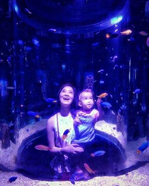 ".Keliatan ya siapa yang lebih amazed dengan keindahan ""bawah laut"". -Aquarius in her element-...#MiyukiandMom#JakartaAquarium #throwback#clozetteid#starclozetter"