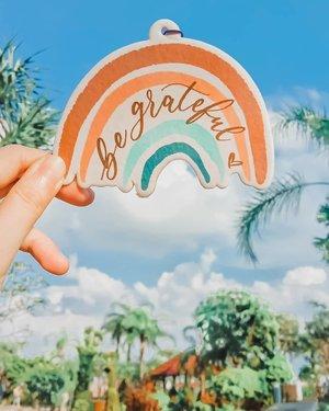 ---------------------BE GRATEFULKalimat sederhana yang impactnya luar biasa terutama untuk diriku.Sejak baca buku Secret belasan tahun lalu, aku suka banget menuliskan semua hal penting lalu menempelnya atau memajangnya di sudut yang sering aku lihat sehari-hari.Jadi bisa selalu ingat, absorbs the positive energy and make it happen.Because I believe that Law of Attraction is REAL!Dan 'Be Grateful' adalah kalimat yang suka aku tulis & pajang di kamar & meja kantor dulu.Makanya ketika melihat @heyla_id mengeluarkan 2 design collab bareng @letteringandlife , aku langsung beli. Karena keduanya tak hanya cantik tapi juga meaningful.(Later, I'll show you the other one) Khusus yang ini, aku gantung di meja rias biar selalu ingat bersyukur setiap hari. Terutama di kondisi sekarang ini.Bersyukur masih diberikan kesehatan sekeluarga.Bersyukur masih punya penghasilan.Bersyukur masih bisa merasakan kenyamanan di rumah.Basically mencoba bersyukur tidak kurang apapun.Dan sejujurnya beberapa bulan terakhir ini aku belajar banyak hal.Bagaimana bisa menjadi lebih lebih lebih sabar, lebih lebih lebih kuat dan lebih lebih lebih ikhlas.Meskipun perjalanan kita masih panjang dan buram, especially menyangkut Covid, tapi semoga kita semua bisa menemukan hal yang bisa disyukuri setiap harinya.Teruntuk kamu yang sedang membaca ini,Kalau kamu sedang menghadapi persoalan hidup, Aku doakan semoga segera mendapat solusi yang tepat, yang bisa membuatmu tersenyum kembali.Sebaliknya bila kamu sedang bersuka hati,Semoga kamu bisa menyebarkannya kepada sekitarmu ❤️..Btw ci @lorenlilmoi , Fresh Cotton scent is perfect for bedroom! Soft & calming.Kaget si padahal gantung di meja rias tapi wanginya semerbak di 1 kamar.Jadi ga usah pakai candle lagi sementara waktu 😄.Buruan kalau mau beli, mumpung masih ada stock di Shopee. Only 30k!.. #heylaxletteringandlife#Clozetteid