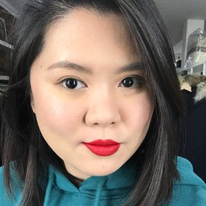 Sometimes, a red lip is all you need to lighten up the mood 💋 Loving this new @fentybeauty lip paint. I'm usually skeptical about hyped up products since many has been so disappointing, but this one does live up to its expectation!  The consistency is more watery than other liquid lipstick, but it doesn't get tacky. It dries pretty fast, so you'd have to work quickly. I don't love the applicator but it works okay.  Have you tried it? What do you think about it? • • • #kireimakeup #fentybeauty #asianmakeup #redlips #bbloggersca #bbloggers #clozette #clozetteid #indonesianbeautyblogger #canadianblogger #hamontmua #torontomua #makeupartistcanada #torontomakeupartist