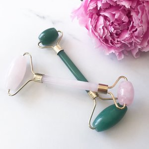 Jade or Rose Quartz? Have you guys used these face rollers before? It helps to depuff your face & under eyes, loosen tight jaws & improve blood circulation! Perfect for a little spa time at home 😉  Want one? Head over to @shopkitsu online store (www.kitsu.ca) & get one for yourself! #shopkitsu • • • #jaderoller #jaderollercanada #jaderollers #facialrollers #guasha #rosequartz #rosequartzroller #bbloggers #bbloggersca #clozette #clozetteid #facialrollercanada #facialroller #rosequartzrollercanada #diyspa #spatime #hamont #toronto #shopcanada #shopcanadian #montreal #vancouver #pursuepretty #skincareroutine #antiaging