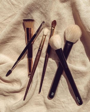 What are your must-have makeup brushes? I have a lot of friends asked me which makeup brushes they should get for their collection. I always recommend getting just the essential brushes first, from whatever brands suit their budget. ⠀⠀⠀⠀⠀⠀⠀⠀⠀ As a makeup artist, I have plenty of brushes and if you've seen my collection, you'd noticed that some of the brushes that I owned are in duplicates. So, I've narrowed it down to these 6 essential brushes. ⠀⠀⠀⠀⠀⠀⠀⠀⠀ These are the brushes that I think would be a great start to your collection. Out of the 6, the Fluffy Blending brush is probably the one that I owned the most & the one that I recommend to people the most as well.  ⠀⠀⠀⠀⠀⠀⠀⠀⠀ In picture: • Foundation/Concealer brush. • Eyebrow brush with Spoolie. • Fluffy Blending brush. • Flat eyeshadow brush. • Contour Brush. • Powder/Blush brush. ⠀⠀⠀⠀⠀⠀⠀⠀⠀ You can find variation of these brushes from different brands. Again, buy from whichever brand suits your budget. I've owned brushes from high end brands to drug store to no brands to the free ones they give with the palettes! As long as you know how to handle them, they all do the same job. ⠀⠀⠀⠀⠀⠀⠀⠀⠀ If you don't know where to start in terms of brands, I'd suggest @maccosmetics @maccosmeticscanada @makeupforever for pro quality brushes. For budget friendly brands, I love @realtechniques , @sigmabeauty & @sephora @sephoracanada brand brushes. ⠀⠀⠀⠀⠀⠀⠀⠀⠀ ⠀⠀⠀⠀⠀⠀⠀⠀⠀ ⠀⠀⠀⠀⠀⠀⠀⠀⠀ ⠀⠀⠀⠀⠀⠀⠀⠀⠀ ⠀⠀⠀⠀⠀⠀⠀⠀⠀ #makeupflatlay #clozette #makeupbrushes #flatlayphotography #flatlayoftheday #flatlaynation #flatlaythenation #ctilburymakeup #smithcosmetics #bbloggersca #clozetteid