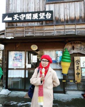 Jajan ice cream mix matcha & vanilla di Shirakawa-go 🇯🇵 💴 400 Awalnya berpikir kedinginan atau nggak ya minum es krim saat winter dan masih terlihat gumpalan-gumpalan salju disekitar. Setelah coba ternyata asyik juga makan es krim saat winter seperti ini 🤩😍🥰 #balqis57travel #balqis57kuliner #traveler #wanderlust #traveling #clozetteid