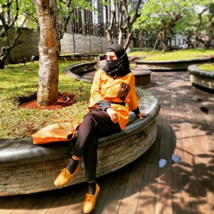 Happy weekend ❣️💕Happy gak sih besok udah mau taraweh? 🥰🎊🎉🧁🥰📸 Saturday, 10 April 2021Yg motret @winadyanan 🧕📍 Astha Distict 8 Jakarta Selatan 🏬 Tempat baru yg openingnya di tengah pandemi 2020👔  Basagita  @siloka.official 🇮🇩👖 GU beli di Ginza Tokyo Jepang 🇯🇵👜 Singapore Souvenir (Gak inget oleh2 dari siapa atau punya Almarhumah My Mom yg daku samber ya? 🤔)🧕 Beli di Aeon JGC Jakarta Timur 👞 Nyamber yg dipakek Winahyu krn lht warnanya matching sm kemeja & tas yang daku lg pakek 😅💕💕💕 #balqis57travel #traveling #traveler #mall #hangout #weekend #ootd #clozetteid