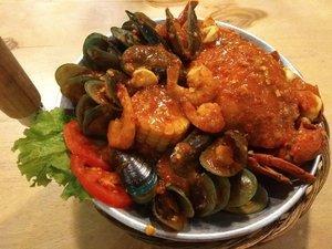 """Setelah sekian lama hunting kepiting, akhirnya Kamis lalu daku bisa kembali menikmati """"Kepiting Telor"""" paket full kerang hijau, cumi2 dan udang dengan porsi pas dan harga yang juga menggiurkan. Hanya Rp 170.000 mantap banget seafood yg diolah dgn bumbu saos Padang di BIU Seafood Tebet Jakarta ini 🦀🦑🐚 Eh pas mau bayar, dikasih diskon jadi Rp 140.000 😍😍😍 Wuuuiii, pastinya bakal balik lg dong...at least delivery order...🛵 #seafood #crab #FoodBlogger  #Gastronomy #balqis57kuliner  #Restaurant #seafoodlover #indonesianfoodblogger #clozetteid"""