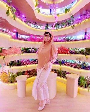 """Selamat Hari Kartini 2021 🥰Keunggulan RA Kartini sebagai seorang pahlawan wanita adalah MENULIS. Banyak pahlawan wanita yang hebat melawan kolonialisme penjajah dengan kehebatan fisiknya. Sayangnya mereka tidak """"menulis"""" 🙏🖋️🖊️📝Orang boleh pandai setinggi langit, tapi selama ia tak menulis, ia akan hilang di dalam masyarakat dan dari sejarah (Pramoedya Ananta Toer) 📜📖RA Kartini adalah keturunan raja, dan jika merunut ke silsilah dapat digariskan ia memiliki juga darah ulama. Apalagi jika ternyata ia memiliki hubungan silsilah dengan Raden Patah, putra Brawijaya V pendiri Kerajaan Islam di Jawa 🤴 Beliau tetap menulis 📝🖋️ Jika kamu bukan anak seorangraja, bukan jugaanakseorang ulama besar, maka:Menulislah"""". — Imam Al Ghazali 📜""""MENULIS"""", sudahkah kamu melakukan itu di hidup ini? 😊📝Mulailah dengan MEMBACA, Iqro yang merupakan ayat pertama dalam kitab suci Al Quran 🕌🕋Kembali bicara soal impian, RA Kartini tidak dapat mewujudkan impiannya untuk study di Eropa 🇳🇱 Alhamdulillah, daku bisa mewujudkan impian ini dengan study di Belanda 🇳🇱👩💻(Daku bersyukur atau sombong nih? 😅 )Apapun profesi dan statusmu, siapapun keturunanmu ,mari menjadi wanita bermartabat, membangun """"personal branding"""" dengan menulis seperti RA Kartini 💗📍Plaza IndonesiaJln MH ThamrinJakarta PusatSelasa, 20 April 2021#balqis57literasiedukasi#balqis57mind#kartiniday#clozetteid"""