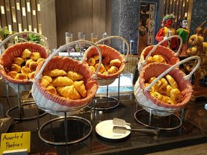 Senang lihat penataan breakfast di resto hotel Grand Mercure Kemayoran 😍 Ini pastries-nya 🥐🥨🥖 Kejunya keju asli, bukan keju olahan 🧀  #hotel #breakfast #bread #foodie #indonesianfoodblogger #foodblogger #balqis57hotel #balqis57kuliner #restaurant #clozetteid