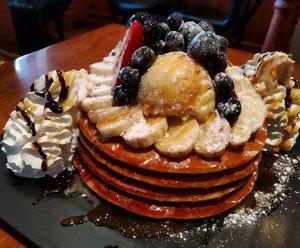 """Dessert time di sebuah cafe bernama """"Cafe True Us"""" di Insadong Shopping District Seoul Korea 🇰🇷 yang pengunjungnya orang Korea semua. Pesan pancake en churros...Lagi2 notanya pakek huruf Hangeul alias huruf Korea 😴  Gak ngiraaa pancake-nya gede gitu. Tapi dengan harga  11.800 Korea Won, Kita ngerasa harga tsb relatif terjangkau dibanding di cafe Jakarta. Ah gmn Kita gak jajan muluk kalau gini? 😁  #wheninkorea #wanderlust #foodie #indonesianfoodblogger #indonesiantraveler #balqis57kuliner #dessert #pancake #seoul #southkorea #clozetteid"""