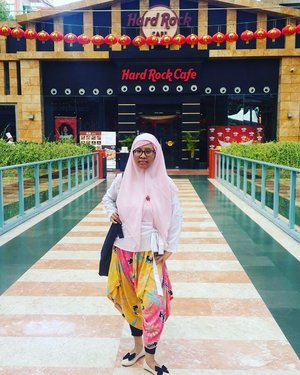 Sekian tahun lalu - semasa masih belajar di New Zealand, saya pernah mampir ke Hard Rock Cafe Singapore. Lokasinya berbeda dari yang minggu lalu saya singgahi. Sayangnya minggu lalu saya tidak ingat untuk membeli merchandise HRC Singapore... Yaaa,emang minggu lalu saya jalan2 sekedar untuk menepati janji sih,jd gak kepikiran punya keinginan macem2 selain ke masjid2 di Singapore dan mengirim doa untuk Ibu disana 😊😇 #travel #traveling #traveller #wanderlust #trip #journey #holiday #blogger #travelblogger #instatravel #themepark #exploretheworld #cafe #HardRockCafe #travelingtheworld #tour #picnic #reiz #visitsingapore #visit  #balqis57travel #clozetteid
