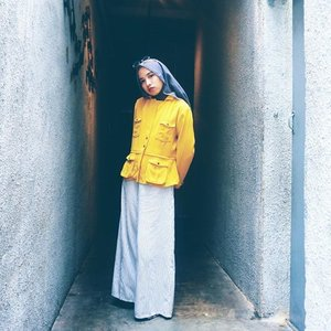May I help you?#clozetteid #encycloid #chictopia #yellowmadness #abmlifeiscolorful #acolorstory #fashionbloggers #lookbookindo #ootdindonesia #hijabchic #lifeiscolor