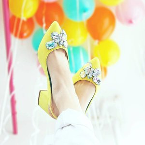 Yellow vibes <@aww.sam>  #currentmood #clozetteid #abmlifeiscolorful #acolorstory #yellowvibes #kittenheels #fashionblogger #currentvibes #chictopia #balloons