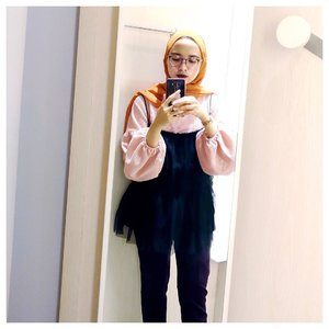 Who can't resist taking a selfie in changing room? LOL. Happy Sunday👀 . . . #clozetteid #hijabchic #chictopia #acolorstory #modestfashion #hijabi #starclozetter #ggrep #currentmood #pinkovereverything #stylehijab