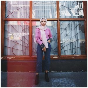 when you want to look more feminine (with pink) but ended up fiercely (failed). suggestions anyone?⠀⠀⠀⠀⠀⠀⠀⠀⠀photo by @kata_robbiesha⠀⠀⠀⠀⠀⠀⠀⠀⠀#clozetteid #modestfashion #hijabchic #ootd #streetstyles #simplycovered #hijabinspired