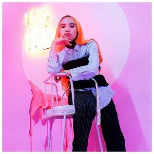 Darling, did you miss me? I missed you🥨 — Foto ini diambil oleh blogger rainbow kesayangan semua orang @rimasuwarjono ✨👸� . #clozetteid #abmlifeiscolorful #fwistand #acolorstory #explorebandung #modestfashion #hijabi