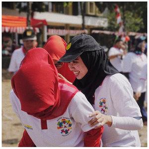 17 agustus tahun ini berbeda. Terasa lebih ramai dan semarak. Aku dan temanku ikut lomba bakiak lagi setelah sekian lama. Seru! Keliatanlah dari ekspresi kami. Semua menikmati dengan riang gembira.Apalagi besok. Acara terbesar yg ditunggu - tunggu akhirnya dimulai. @asiangames2018! Semangat untuk semua perwakilan Indonesia. Sekali lagi Dirgahayu negeriku tercinta ❤️.#clozetteid #asiangames2018 #dirgahayuindonesia #fromwhereistand #abmlifeiscolorful #wondefulindonesia
