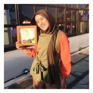 "⏪SWIPE LEFT⏪_Attending #SunsilkHijabSister gathering is so fun!Selain launching produk terbaru @sunsilkid Hijab Recharge dengan teknologi terkini, kita juga ngobrol-ngobrol bareng @laudyacynthiabella, trunk show koleksi @khanaan_official dengan tema orange-green-pink, dan nyobain hand crafting!_This is my hand craft. Isinya "" I wanna travel Southest Asia before 26 years because Everything is possible"". Aminin, jangan? ☺️_#TeamStrong #UncoverPossibilities @clozetteid #ClozetteID"
