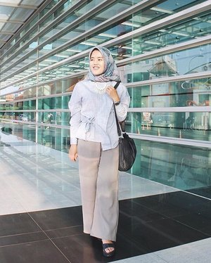 Yesterday outfit at Happy Birth Day Indonesia event. . I wore this formal yet cute top from @havaid. This grey Iklia Blouse has an unique design and a good material. If you zoom the picture, you'll see fabulous texture of fabric. Love it so muchooo!💙 . Detail look: Top by @havaid Hijab by @shinjuku.id Bag by @kipling_ind Necklace by @popytbynisa . #HavaOOTDCompetition #duahijabtrans7 #hootdduahijabtrans7 #clozetteid #OOTD #hijabootdindo