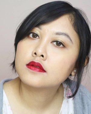 Setuju gak kalau lipstick merah bisa mengubah penampilan dalam sekejap? 👄Aku setuju banget, apalagi kalau lagi difoto kelihatan banget bikin muka jadi lebih fresh. Di #liadandan kali ini aku pakai lipstick merah dipadukan dengan riasan mata yang lebih kalem. Aku pakai gold biar gak plain tapi juga gak terlalu mencolok.Untuk yang mau tahu aku pakai apa aja di #makeuplook kali ini, bisa geser foto ke samping ya 😉⭐⭐⭐Rollover Reaction Cushion Compact - 102Sariayu Bedak Tabur - Kuning PengantinWardah Blush On CThe Body Shop Contour Palette⭐⭐⭐Emina Pore RangerPIXY Concealing Base - 01 Natural BeigeLA Girl Pro Conceal - GC980 Cool TanMaybelline Fit Me Concealer - 20 Sand⭐⭐⭐Sariayu Eyeshadow Kit - J01Maybelline Hyper Sharp Power Black EyelinerMizzu Brow Wow - GreyOriflame The One No Compromise Lash Styler Mascara⭐⭐⭐#clozetteid #redlipsmakeup #RolloverReaction #cushionlokal #sariayueyeshadow #sariayucolortrend2018 #sariayu #wardah #blushonwardah #TheBodyShop #eminaporeranger #pixyconcealer #lagirlconceal #eyelinermaybelline #mizzucosmetics #mascaraoriflame