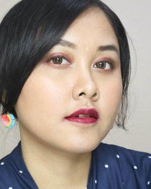 Biasanya menurut pengalaman warna #lipstick red wine atau burgundy kayak gini nih yang jadi favorit teman-temanku di Instagram. Betulkahh? 😘  Fyi ini percampuran: ❤️ @sariayu_mt Inspirasi Jakarta 2018 Lip Cream J-06 ❤️ @riveracosmetics Gotta Be Matte Lip Cream 302 Exotic Maroon  #sariayu #lipcream #riveracosmetics #lipcreamsariayu #tampilcantik #liadandan #clozetteid