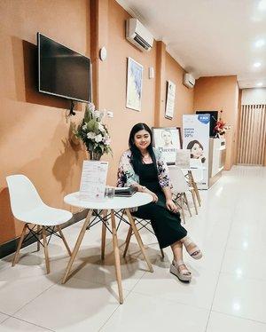 Minggu lalu saya perawatan Facial Organic Tea Tree dan LED di @oriskin_id di cabang Surabaya. Ngga hanya wajah aja tapi mulai dari leher, bahu, tangan dan kaki di massage juga. ..Facial Organic Tea Trea ini berfungsi untuk melembabkan, memperlancar peredaran darah, dan membuat wajah segar dan halus yang harganya Rp. 450.000,- ..Step-step perawatannya apa aja? Udah di tulis di blog ya 😊@clozetteid @oriskin.surabaya #Clozetteid #clozetteidreview #OriskinxClozetteIDReview #oriskin #oriskinsurabaya