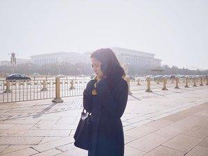 Be someone's sunshine when their skies are grey. . . #beijinglife #winterholiday #inbeijing #tiananmen #beijing2016 #clozetteid #blackonblack