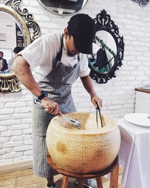 He cooked my Homemade pasta with Chanterelle Mushroom at this parmesan wheel ❤️ Interested to taste @gastromaquia mouthwatering Christmas menu?  #clozetteID #food #review #cheese #foodism #foodies #foodporn #foodgasm #igfood #instafood