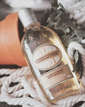 What I like about @loccitane_id Amande Almond Moisturizing Shower Oil ? Meskipun teksturnya oil, sabun ini bakal tetep berubah jadi busa. Ngga ngeringin kulit juga. And super likey kalo abis kamu pake shower oil ini, kamu pake lotion. Moisturized enough ✨  Fyi, mereka juga ada travel size dari shampoo, conditioner, dll lo gengs. Bisa dibawa olahraga atau travelling 💕  #loccitaneid #clozetteID #review
