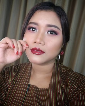 Good Morning waktu qatar ☀☀ this makeup looks is inspired by indonesian flag. 😘😘 Happy Independent Day for Indonesia  foundation, highlight contour and lipgloss by @fentybeauty  powder @chanel.beauty  liquid blush @o.two.o_cosmetic_indonesia  brow @fanbocosmetics  eyeshadow @focallure  eyeliner @wardahbeauty lips @posybeauty.id  #makeupideas #makeupartist  #wakeupandmakeup #indobeautygram #proudindonesian #javanese #jogjakarta #tampilcantik #undiscoveredmuas #kbbvfeautured  #clozetteid #muajkt #yukalicious15