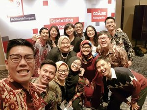 #latepost about last night ❤ I met them in 2012 in one of the most competitive (only 60 students are chosen across Indonesia++) and rewarding student development program, Young Leaders for Indonesia @youngleadersforindonesia by McKinsey and Company. Alhamdulillah I was chosen as one of the participants for  National Wave 4 along with these amazing fellows. .Yesterday's event celebrates 10 years of YLI, which in true fashion embolish the #10yearschallenge everyone has been posting about 😂 It's amazing how far the program and the @yli.alumni members have gone. Each and every one working in different sectors but toward one goal, which is to unleash Indonesia 😆 .Even though years has past, I still remember all the PLP, BLP, worksheet and module work that we have gone through. 😂 Hard but rewarding because we get constructive feedback and also get to listen to inspiring speakers during the forum. Not to mention having fun afterwards 😆 so good luck in all of our projects and future endeavours. Till we met again next time ❤ .--------.#yli #ylialumns #ylialumni #youngleadersforindonesia #friends #event #reunion #mckinsey #clozetteid #clozettedaily#meetup #aboutlastnight