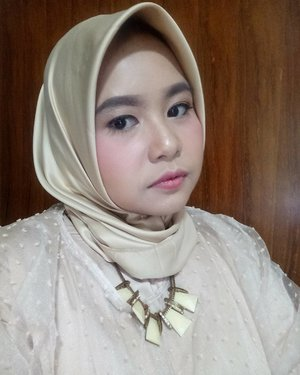 Kasih muka jutek dulu sekali-kali. Ibu lelah gendong anak di kondangan karena Bapak lagi dinas 😂😂😂 #latepost Wardah all product makeup by @shafiraseptianti from @wbh_bogor ❤❤❤ suka banget makeupnya, sesuai harapan dan tahan sampai pulang di akhir acara. Bikin kucel abis nyuapin, mandiin dan ngemong anak hilang. Thank youuuu! . ------- . #selfie #clozetteid #clozette #hijab #ootd #hotd #ootdhijab #makeup #wardah #inspiringbeauty #wardahbeauty #smile #girl #closeup #dontmesswithmommy #liveauthentic #livefolk #livefolkindonesia #likesforlikes #likeforlike #like4like #sharethemoment #peopleinframe
