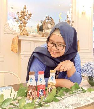 """Hmmm pilih yang mana ya buat buka puasa? Full cream, chocolate atau coffee? .  EITS EMANG BOLEH BUKA PUASA PAKAI SUSU? 😱 Jangan salah, menurut dr. @rizalidrus di acara @kindairyid """"MaKIN Nyaman saat Ramadhan"""" ternyata susu bisa menjadi alternatif berbuka puasa yang baik. .  Susu mengandung gula alami, nutrisi makro (protein, lemak dan karbohidrat) dan nutrisi mikro (vitamin dan mineral). Minum susu dalam kondisi perut kosong justru membuat penyerapan zat gizi lebih maksimal. .  Tapi kalau mules gimana? Ya pilihlah susu yang tepat. Kalau sering mules, coba deh minum susu sapi A2 seperi KIN Fresh Milk ini 😍 Protein A2 yang ada di susu sapi A2  lebih nyaman di perut dan tidak menyebabkan mual atau kembung. Ada yang sudah coba? 😆 It really works for me! Sukses masuk ke #antimulesmulesclub deh 😁 . ------- . #KinFreshMilk #maKINnyamansaatRamadan #SusuBerkelasDariSapiTeratas #SusuSapiA2 #SusuFreshMilk #BukberBersamaKIN #clozetteid #clozettedaily #hijab #hijabdaily #sususegar #instafood #momblogger #lifestyleblogger #sususapi #bukapuasa #Ramadhan"""