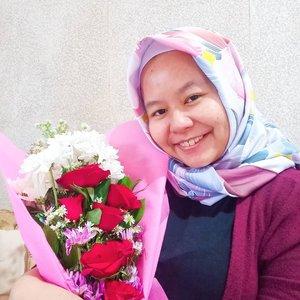 Finally a year older ❤️❤️❤️ Terima kasih untuk segala doa dan ucapannya hari ini yaaa semuanya. Today I really feel loved and blessed alhamdulillah 🥰🥰 Senang banget diberi kesempatan oleh Allah untuk dikelilingi oleh keluarga, sahabat dan teman (offline maupun virtual) yang supportive ❤️ dan akhir dapet flower bouquet dari si dia setelah sekian lama HAHAHA 😂Nah pas di hari ulang tahun saya ini, saya mau mengajak kalian untuk ikut campaign #1000SenyumKebaikan dari @AllianzIndonesia. Caranya cukup gampang kok, kalian hanya cukup : 1. Upload foto Senyum kalian.2. Cerita alasan kebaikan yang dialami hari ini. Nah pas deh kaya bikin thankful journal 😁3. Beri hashtag #1000SenyumKebaikan & #AwaliDenganKebaikan.4. Jangan lupa tag @AllianzIndonesiaUntuk 1.000 postingan senyum tulusmu, Allianz melalui Yayasan Allianz Peduli akan memberikan bantuan edukasi kesehatan untuk Program Kesehatan Lansia, Ibu Hamil dan Balita 🥰🥰 Yuk yuk ikutan @nyonyamalas@uchysudhanto @mamahfaza 💜💜.-------.#happybirthday #birthday #birthdaygirl #hellonewage #newage #flowers #bouquet #flowerbouquet #donasi #donation #allianz #allianzindonesia #clozetteid #clozettedaily