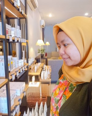 It's good to be back! Balik lagi u tuk kesekian kalinya ke #ERHAClinic Bogor untuk treatment DPCT (Deep Pore Cleansing Therapy) ❤️❤️❤️ .  Selalu suka sama hasilnya yang membuat wajah mulus dan juga terasa bersih. Yaaa namanya juga dilakukan pembersihan deep pores. Abisnya akhir-akhir ini cuaca kering banget! Berasa banget ada beberapa dryer spots di sekitar muka. My skin is in need of cleansing and also hydration. .  Kenapa balik lagi dan lagi ke @erha.dermatology? Pelayanan memuaskan dan juga kliniknya ada di Bogor! 😁 Kalau udah booking, ga usah nunggu lama untuk melakukan treatment. Selain itu, kebersihan dan keramahan terapis juga sangat baik. Oiya, their attention to customer's detail is superb. Mbak Annisa sampai ingat jenis serum yang dilakukan di treatment sebelumnya loh ❤️ swipe swipe buat liat sekilas treatment hari ini yaa. Fullnya nanti diulas lagi di blog (atau bisa liat blogpost yang dulu - DM for link!) .  Erha Clinic after treatment service juga baguuus. Seperti biasa, saya dapat masker collagen untuk dipakai H+7 treatment. Bahkan ada teman yang sampai di telpon untuk mengecheck kondisi kulit dan diingatkan untuk booking treatment selanjutnya loh 😍 .  Anyway ini lagi bingung mau pilih produk untuk perawatan. Yap, di Erha Clinic Bogor ini juga dijual produk OTC (over the counter) yang bisa dibeli tanpa resep dokter. Tapi kalau mau ketemu dokter kulit juga bisa kok. Ada 7 dokter yang standby. .  Ada yang kangen pengen treatment di Erha juga? 😆 Yuk booking sebelum semakin padet jadwal akhir tahun 😁😁 . ------- . #Facial #MedicalFacial #ERHASkinHairAndLaserExpert #ERHAonREPEAT #secondofeverything #TerjebakERHA #ClozetteID #clozettedaily #hijab #skincare #treatment #DPCTdiERHA #dpcterha #erhabogor #skincarejunkie #momblogger #lifestyleblogger #bloggerbogor