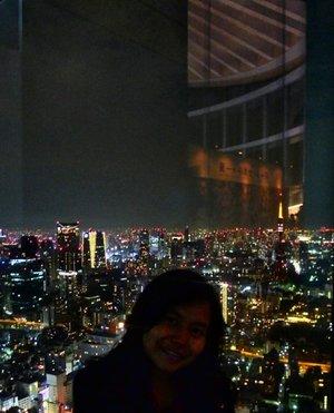 Don't focus on the human. Focus on the scenery, which is the best nighttime scenery of Tokyo. Semuanya keliatan dari Tokyo Tower sampai Tokyo Sky Tree ❤ Definitely will come here in the next Tokyo trip (yang ga tau kapan hahaha) with better photo taking techniques 😆 .  One of Japan's must visit attraction according to me. Ini lokasinya ada di Ropongi Hills. Tokyo City View menjadi satu dengan Mori Art Museum. Jadi sekali bayar tiket bisa mengunjungi kedua tempat ini. Harganya ¥1800 untuk orang dewasa dan ¥1500 untuk senior citizeb. Untuk anak anak dari 4 tahun sampai usia SM hanya membayar ¥600. Kalau student lebih murah asal nunjukin Student Card Univ di harga ¥1200. Bukanya sampai malem kok, dulu saya juga baru datang jam 8 atau set 9 malam setelah makan malam. Katanya sih rekomended datang sore hari jadi dapat view pas terang & gelap. Nice! . ------- . #throwbackthursday #throwback #tbt #tokyo #japan #nighttime #scenery #ropongi #ropongihills #tokyocityview #clozetteid #clozettedaily #travel #travelgram #traveljapan #visitjapan #explorejapan