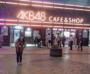 The last time I went abroad is 2014. Udah lama banget yaaaa 🤣🤣 waktunya masih single and still ready to mingle hahaha. .  Jadi selama exchange di Chiba University, tentu harus nyempetin diri melipir ke Tokyo. Naik kereta cuman 45 menit kok~ sayang banget kalau ga bolak balik ke salah satu kota paling terkenal di dunia ini 😚 .  Kali ini saya melipir ke daerah Akihabara. Yaaa tempat dimana AKB48 berasal wkwk. Ini foto di depan cafenya yang hanya beberapa meter dari Akihabara Station. Ga ada tempat pertunjukan livenya disini, hanya tempat makan. Disebelahnya ada Gundam Cafe juga. Tapiiii saya ga makan disini. Makan di restoran sushi aja karena ya emang pengen salmon murah (dan meetup juga sama @faelasufaa yang lagi S2 di Tokyo) 😆😆 .  Would I go again? Definitely! Tapi sambil mengobati kangen, besok ke @jktjapanmatsuri aja dulu deh. Semoga bisa makan masakan Jepang yang enyak enyaaaak 😋😋 . ------- . #clozetteid #clozettedaily #throwback #tbt #traveling #japan #akihabara #tokyo #akihabarajapan #akihabara48 #akihabaratokyo #akihabaraバックステージ #akihabarastreet #akb48 #akb48cafe #visitjapan #visittokyo #explorejapan #exploretokyo #FaradilaTravels #lifestyleblogger #travelblogger