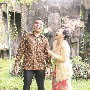 Until the time is through... .I hope we can laugh and have fun like this �� it's nice marrying your best friend. Especially when you can laugh together at the laughable things you did or other people did (seperti video bilik disinfektan Ibas HAHAHA). .Udah ya mak @moyokee 🤣🤣🤣 .-------.#clozetteid #clozettedaily #faradilaarga#faradilaargaengagement #husbandandwife #love #engagementpicture #kebaya #batik #ootd #coupleootd #lifestyleblogger #bloggerperempuan #femalebloggersid #untilthetimeisthrough