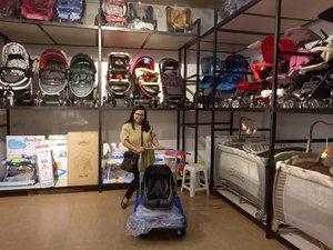 IKEA for babies! Ga deng, cuman mirip aja lemari besinya 😂😂😂 Salah satu tempat belanja keperluan bayi favorit saya di Bogor adalah di @tiarababybogor. Awalnya ada cabang Sukasari, tempat dimana saya bolak balik beli baju dan perlengkapan mandi bayi. Mereka juga punya list perlengkapan bayi loh, jadi enak banget belanjanyabga pake bingung. Jangan lupa minta listnya ya #tipsbelanja Eh sekarang sudah buka cabang kedua di Jl. Sudirman. Sukaaa banget cabang yang baru karena besar, rapih dan pelayanannya paling baik diantara toko bayi lainnya yang pernah saya kunjungi IMHO.  Tadi mampir kesini niat mau liat-liat infant baby carrier/carseat dan nemuuu yang dicari dari @babydoesindo (yes itu yang di troli barang)! Padahal di toko sebelah ga ada loh. Langsung deh beli ga pake mikir panjang hehehe (emang butuh dan udah acc suami ya #penting 😂). Harganya juga terjangkau. Disini juga nemu stroller yang dipengenin waktu itu 😭😭😭 Pokoknya lengkap deh pilihannya, liat aja barang-barang yang didisplay ini, banyak! 👍👍👍 Pasti sering balik lagi kesini buat beli baju dan peralatan MPASI. 😍😍😍 Yuk para busui & bumil @andhinaprimadiari @namiradita @yuviani @sitizubaidahzubet @anggunkhitriana ikutan #giveawaygrandopeningtiara ❤ siapa tau rejeki anak ya, bismillah. 😇 . -------- . #clozetteid #clozette #ootd #baby #stroller #carseat #tiarababyshop #babyshopbogor #babyshop #babystroller #shopping #kebutuhanbayi #nofilter #latepost #likesforlikes #likeforlike #like4like #liveauthentic #livefolkindonesia #livefolk #peopleinframe #sharethemoment