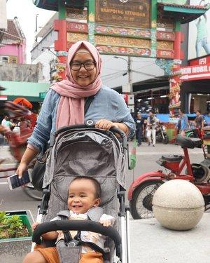 Muka senang karena Malioboro juga stroller friendly 😍😍😍 karena perluasan trotoar, jadi enak dan banyak tempat duduk juga. Super instagramable juga kaya di foto ini. Thank you my instagram husband 😆 .Kemarin kesana Minggu sore sampai malam, cukup aman untuk manuver kanan kiri tanpa tabrakan dengan orang. Buktinya masih bisa foto foto seperti ini. Ada free wifi juga. Jadi bisa makan dipinggir jalan sambil wifian 😂 Look at our happy faces 😆 Semoga tempat wisata di Indonesia semuanya kaya gini. ❤❤❤ .-------.#momandson #malioboro #jalanmalioboro #jogjakarta #jogjaistimewa #visitjogja #explorejogja #clozetteid #clozettedaily #hijab #ootd #ootdbaby #babyboy #strollerfriendly #hijabdaily #kampoengketandan #visitindonesia #exploreindonesia