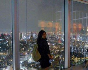 Menggenapkan postingan soal Jepang menjadi 3. 😆 Kalau ini adalah salah satu Japan's must visit attraction according to me, Tokyo City View 🥰🥰 Look at the breathtaking night view of Tokyo Tower and it's surrounding ❤️ .  Ini lokasinya ada di Ropongi Hills. Tokyo City View menjadi satu dengan Mori Art Museum. Jadi sekali bayar tiket bisa mengunjungi kedua tempat ini. Harganya ¥1800 untuk orang dewasa dan ¥1500 untuk senior citizen. Untuk anak anak dari 4 tahun sampai usia SMP hanya membayar ¥600. Kalau student lebih murah asal nunjukin Student Card Univ di harga ¥1200. Tahun 2014 tapi ya 🤣🤣 ga tau kalau sekarang~ .  Bukanya sampai malem kok, dulu saya juga baru datang jam 8 atau set 9 malam setelah makan malam. Katanya sih rekomended datang sore hari jadi dapat view pas terang & gelap. Puas deh foto foto disini. Kalau siang dan sore juga ada observation deck yang juga buka. .  Anyway, Jepang menjadi top 3 negara yang ingin saya tinggali kalau bisa. Kenapa? Disana saya bisa makan porsi kuli tapi berat badan malah turun HAHAHAHA. Luar biasa senangnyaaaa 🤣🤣 . ------- . #throwbackthursday #throwback #tbt #tokyo #japan #nighttime #tokyoatnight #tokyotower #scenery #ropongi #ropongihills #tokyocityview #clozetteid #clozettedaily #travel #travelgram #traveljapan #visitjapan #explorejapan #traveling #visittokyo #explorejapan #exploretokyo #FaradilaTravels #lifestyleblogger #travelblogger