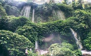 Masih edisi #throwback kangen Lombok 😆😆😆 another view of Benang Kelambu Waterfall. Aslinya sih lebih breathtaking. 😍😍😍 breathtaking karena emang bagus dan airnya jernih sekaligus emang ngabisin nafas kalau jalan ke lokasi hahaha. Eh tapi ada ojek juga sih bagi yang ga mau capek capek jalan 🚶🚶🚶Semoga sekarang trailnya udah lebih baik dan nyaman yaa .-------.#clozetteid #clozettedaily #throwback #tbt #nature #lombok #visitlombok #explorelombok #waterfall #airterjun #benangkelambuwaterfall #airterjunbenangkelambu