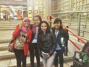 Don't forget to count your blessings. ❤ Menjadi seorang wanita Muslim di Indonesia masya Allah nikmatnya. Kita diberikan kemudahan untuk beribadah dan dalam melaksanakan kewajiban. Adzan dengan mudah didengar agar kita tau kapan waktu puasa dan kapan waktu berbuka. Puasa masih dikasih waktu yang relatif cepat dibandingkan negara lain tahun ini dan masih banyak lagi. .  #throwback to my time fasting in Europe. Tahun 2012 pas ikut IAAS WoCo bersama @fadilamh @farahull ternyata pas banget sama bulan puasa. Pindah-pindah negara kadang bikin puasa banyak bolong hahaha 🙈🙈🙈 Nah setelah WoCo kita sempet stay di tempat Clarissa di Enschede. Akhirnya bisa ngerasain puasa yang dimulai jam 3 pagi dan berakhir jam set 10 malam. Awalnya lumayan ya nahan haus dan ternyata pas main ke city center ada summer fair jualan makanan seafood fresh. 😩😩 Nyaris tergoda. Harus banyak nyebut. 😂😂😂 .  Nevertheless, those experiences made me appreciate the things we sometimes take for granted here in Indonesia. Semoga lancar sisa puasanya ya semua, especially for those who are fasting in the northern hemisphere country. Stay strong! ❤ . ------- . #clozettedaily #clozetteid #throwbacktuesday #tbt #europe #eurotrip #enschede #netherland #travel #travelling #travelineurope #fasting #fastingineurope