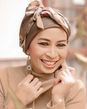 """Wrinkles should merely indicate where smiles have been.""- Mark Twain -Artinya...Aku menua _____________.Difotoin KaSava 🤗...#clozetteid #canon #beauty #lightroom #hijabstyle #smile"