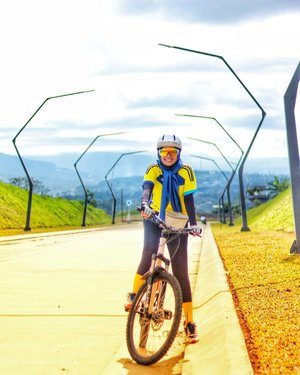 3 days left and this year end.Lagi mengingat² the best thing i've ever had, people, achievement, trips...and thanks to Allah 🤗.➖➖➖➖➖#blessed #clozetteid #bersyukur #ladycyclist #grateful