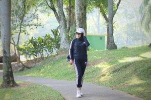 Done 5 KM pagi ini. .  Kalau ada yang mengira maWii sekarang agak kurusan, memang iya. Udah 3 minggu ini memang lagi program pengurangan lemak lengan, perut, dan paha.  Pakai cara kurangi karbo dan gula, serta rajin olahraga.  Ingat ya...Rajin. Jangan sekali kali aja. Gitu, kata instrukturnya 💪🤗 . .  #jogging #healthylife #clozetteid #happyday #pertemanansehat