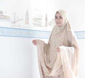 Wahai diriku Tersenyumlah karena masih bisa memuji. Memuji nama-NYA Memuji keagungan-NYA Memuji kasih sayang-NYA .  Ramadhan hari ke-20 ❤ . .  Difotoin Gibe sehabis sholat ashar berdua 😘 . .  #clozetteid #ramadan