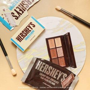 °⠀Eyeshadow Coklat Hershey's⠀========================⠀⠀Etude House ini emang sering meluncurkan produk edisi spesial kolaborasi dengan tokoh iconic dan juga brand produk makanan. Salah satunya adalah kolaborasi bareng brand produk coklat, @etudeofficial x @Hersheys ini. 🍫🍫⠀⠀Kedua paletnya didominasi sama warna coklat matte. Masing-masing palet juga ada dua warna shimmer dengan glitter yang lembut. Ada satu warna shimmer di palet Creamy Milk Chocolate yang bagus banget dijadikan eyeshadow topper. Bisa kasih efek wet eyeshadow, kitu. 💦⠀⠀Nah, apakah eyeshadow palet ini recomended? Hmmm, panjang penjelasannya. Cerita lengkapnya udah aku tulis di blog. Linknya ada di bio yak🙆🏻♀️🌰🌾⠀⠀#clozetteid #hicharis #charis #charisceleb @hicharis_official @charis_celeb #etude @indonesia_etudehouse