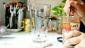 ⠀Es Kopi Murah, Kalori Menjerit⠀-------------------------------------------------⠀⠀⠀Yap ! Ketika awal bikin kopi rumahan begini, Barbara kaget ketika update di fatsecret ... karena kalorinya lebih rendah daripada minuman boba manis kekinian. Yha, nurutin lidah manis tanpa bikin asupan kalori melejit. Satu gelas ini kalorinya kurang lebih 140kkl dan gula sekitar 9g. Dan, rasanya udah puas buat yang lagi defisit kalori kayak aku. 🙆🏻♀️⠀⠀Dulu sering bikinnya pakai Frisian Flag Coconut Delight dan tanpa tambahan gula merah atau aren, tapi karena bosen jadinya belakangan coba pakai susu yang plain. 💁🏻♀️⠀⠀☕ Kopi Indocade/Nescafe 2tsp ⠀☕ Gula merah / aren 1-1.5tsp⠀☕ Frisian Flag Full Cream 150ml⠀☕ Es Batu⠀☕ Plus Nutrijell Coklat dibuat tanpa gula (<30kkl)⠀⠀Bukan resep istimewa karena semua orang sepertinya dah pernah bikin yak. Tapi seneng aja jadi lebih irit kantong dan irit kalori ketika nurutin lidah 🙆🏻♀️⠀⠀#Clozette⠀#Clozetteid⠀#RahmaBrilianita⠀